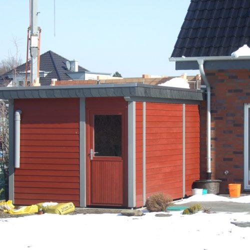 Flachdachcarport mit Rot abgesetzten Abstellraum