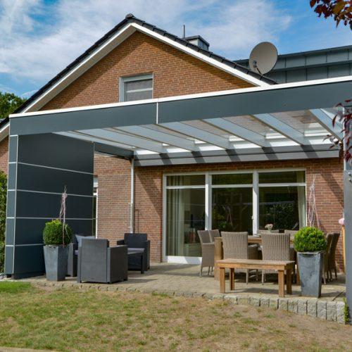 Terrassendach als Flachdach mit HPL-Sichtschutz