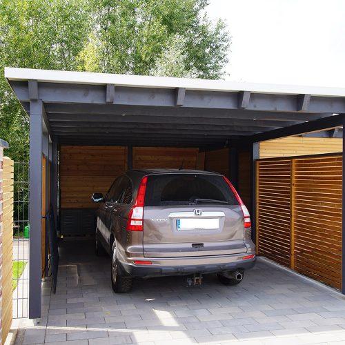 Flachdachcarport mit Abstellraum aus Lärchenholz in Herzebrock