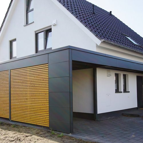Flachdachcarport mit Rhombusprofil HPL Platten inkl. Haustürvordach in Friedrichsdorf